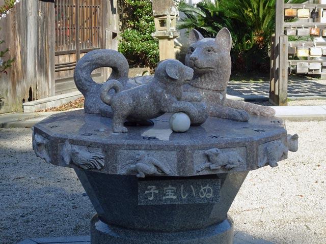 売豆紀(めづき)神社の子宝いぬ