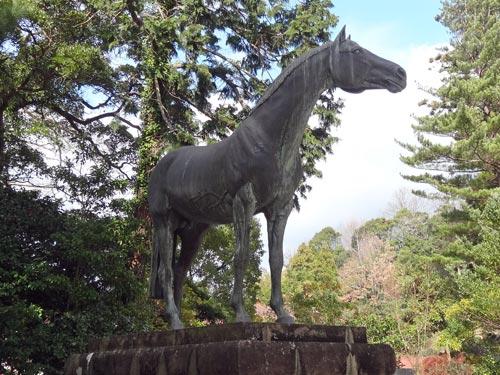 物部神社のパーソロン号銅像