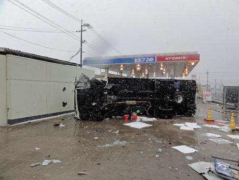 宍道SSにトラックが突っ込んで横転