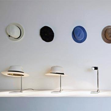 帽子がシェードになるスタルクデザインのデスクライト flos CHAPO