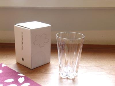 テーブルに水の桜が咲くグラス「SAKURASAKU glass」