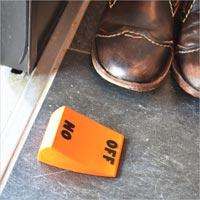 鮮やかなオレンジ色のスイッチ型ドアストッパー ON/OFFドアストッパー