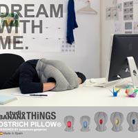 ふざけているようにしか見えないけれどもとても機能的な仮眠用枕 Ostrich Pillow